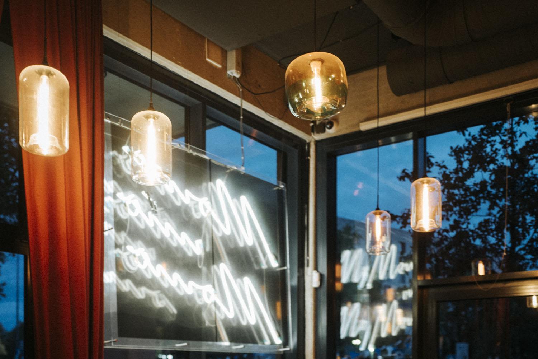 Kontakt für Momo. Schild und Lampen im Restaurant in Bochum