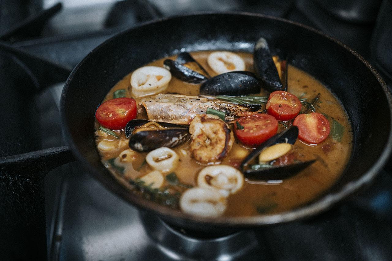 Pfanne gefüllt mit Fischsauce und Edelfischen